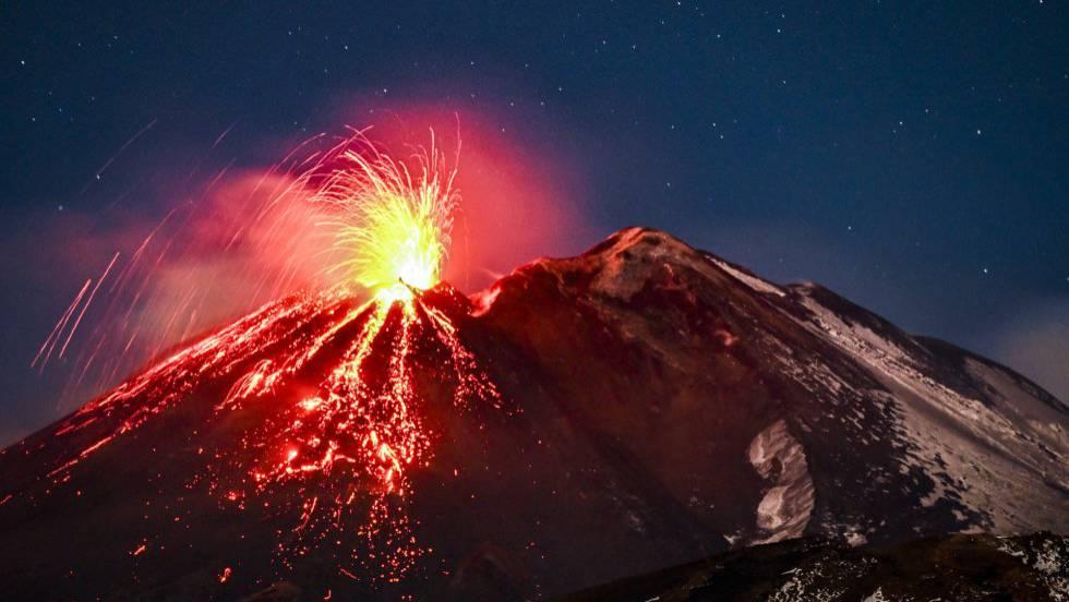 El volcán más grande de Europa entra en erupción.